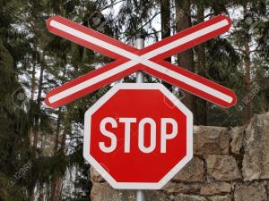 18821795-segnale-di-stop-ad-un-passaggio-a-livello-boemia-del-sud